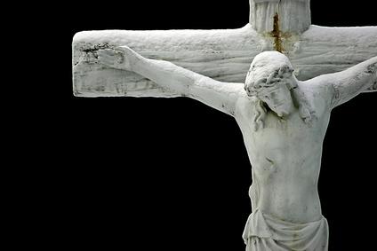 Jesus steht am Kreuz und ist genauso Mensch wie wir